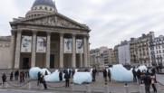 """L'œuvre """"Ice Watch"""" devant le Panthéon"""
