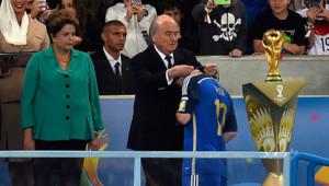 Le président de la FIFA Sepp Blatter et Lionel Messi lors de la remise des trophées de la Coupe du monde 2014