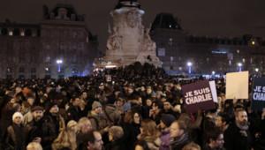 Des milliers de manifestants réunis place de la République à Paris en hommage aux victimes de la fusillade à Charlie Hebdo