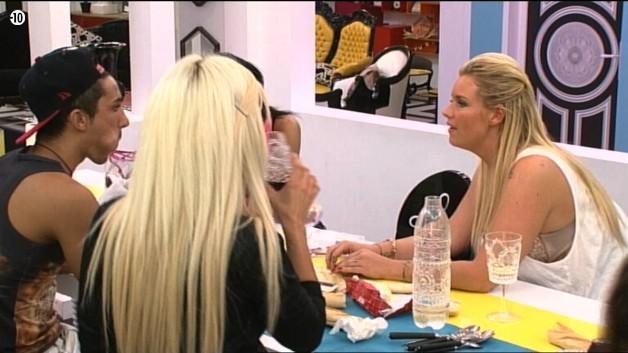 Mais malgré les conseils d'Aurélie, Vivian s'obstine : il veut se marier avec Nathalie parce qu'il l'aime tout simplement !