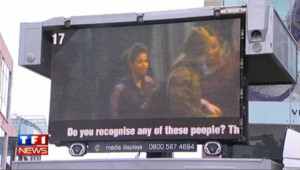 Royaume-Uni : les photos des émeutiers recherchés diffusés sur écran géant