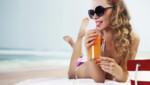 Les femmes zieutent leurs voisines de plage.