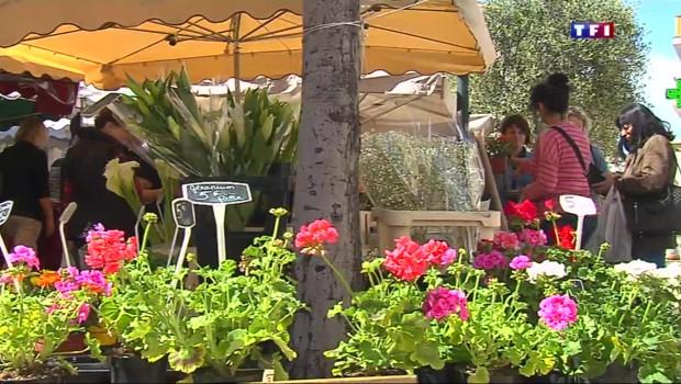 Sur le marché de Cagnes-sur-Mer flotte déjà un parfum d'été