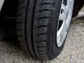 Voiture-pneus-automobile. Image d'illustration.
