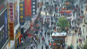 Foule sur une rue commerçante de Zhengzhou, dans le centre de la Chine