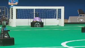 Des robots qui jouent au football lors du Festival national de la Robotique au Portugal.