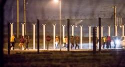 Des migrants évacues par la police du tunnel sous la Manche ce samedi matin.