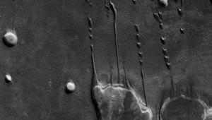 Mars, dunes dans une zone de cratères, lat. -41,5°; long. 44,6°