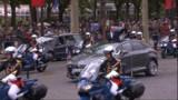 Hollande a remonté les Champs-Elysées... trempé