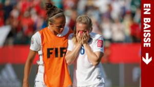 La joueuse anglaise Laura Bassett (à droite) réconfortée par sa coéquipière Jo Potter lors de la demi-finale perdue face au Japon en Coupe du monde, le 1er juillet 2015 à Edmonton.