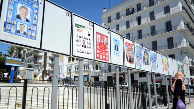Panneaux électoraux à Alger, 21 avril 2012