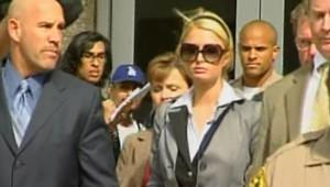 TF1/LCI : Paris Hilton à sa sortie du tribunal californien qui l'a condamnée à 45 jours de prison (5 mai 2007)