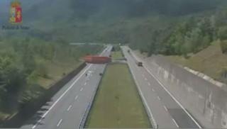 En plein milieu de l'autoroute, ce chauffeur de camion fait son demi-tour
