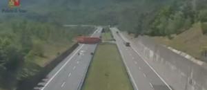 En plein milieu de l'autoroute italienne, ce chauffeur de camion fait demi-tour