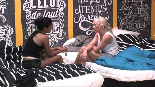 Après cette conversation, Jess retrouve Julie pour débriefer.