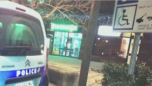 Une voiture de police de Chambéry empiète sur une place handicapée