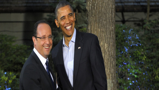 François Hollande (portant cravate) accueilli par Barack Obama (sans cravate) à Camp David pour le sommet du G8 (18 mai 2012)