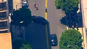 Le corbillard emportant le corps de Michael Jackson (le véhicule en train de tourner à gauche, en haut de l'image) suivi depuis un hélicoptère (7 juillet 2009)
