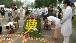 Six jours après la catastrophe, Tianjin rend hommage aux victimes