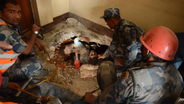 Népal : survivant extrait des décombres après le séisme, 26/4/15