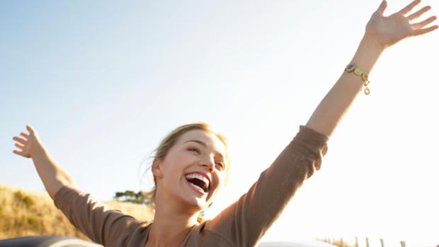 Une femme heureuse en bord de mer