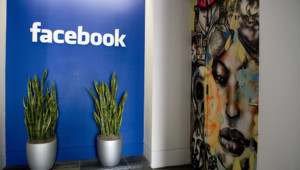 Le hall d'entrée des bureaux de Facebook à Palo Alto en Californie