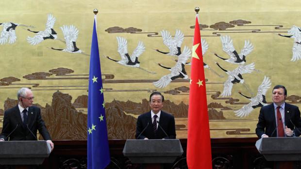 Le président de l'UE, Herman Van Rompuy, le président chinois, Wen Jiabao, et le président de la commission européenne, Manuel Barroso, lors du sommet Chine-UE, le 14 février 2012 à Pékin.