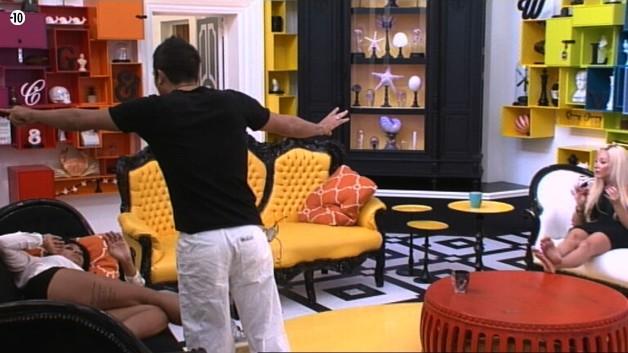 Alors que Vivian tente de rallier Jessica à sa cause, celle-ci prend plutôt le parti de Julie. La jolie brune reproche à son camarade de ne jamais reconnaître ses torts.