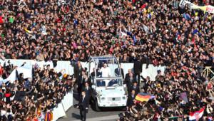 Benoît XVI a présenté des adieux chargés d'émotion pour sa dernière audience générale mercredi devant une foule estimée à 150.000 personnes rassemblées place Saint-Pierre.
