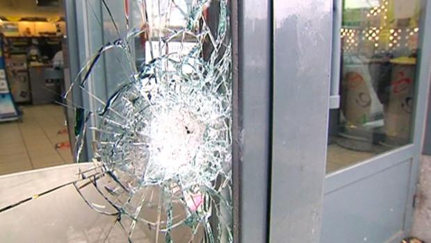 Impact sur la vitrine d'un commerce devant lequel a été abattu Amar, 12 ans (Lyon, 14/12/2009)