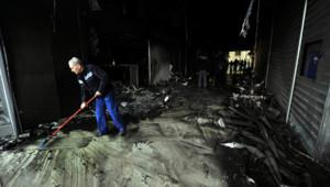 Séquence nettoyage dans une boutique d'Athènes prise pour cible par des casseurs (13 février 2012)