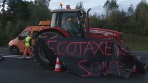 Les agriculteurs manifestent avec leurs tracteurs contre l'écotaxe.
