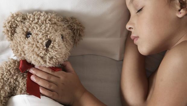 Un enfant dans un lit