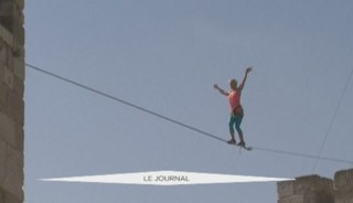 Une championne américaine marche sur un fil au-dessus de la Tour de David à Jérusalem