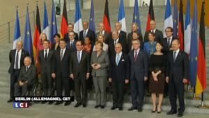François Hollande accueilli avec les honneurs militaires à Berlin