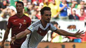 Hummels fête le 3e but de l'Allemagne devant Ronaldo (Portugal)