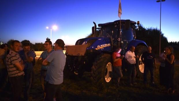 Les producteurs de lait arrivent près du siège de Lactalis, près de Laval, le 22 août 2016.