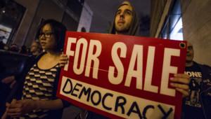 """Manifestation à Montréal après l'adoption d'une loi restreignant le droit de manifester, dite """"loi matraque"""" (18 mai 2012)"""