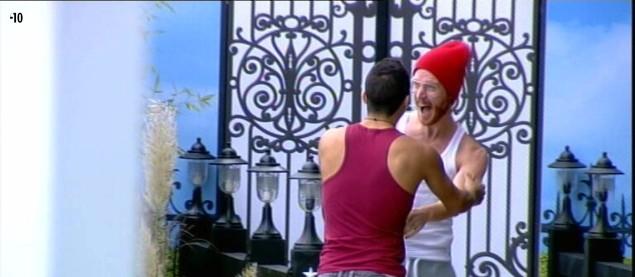 Vivian se précipite vers le sas pour accueillir Geoffrey.