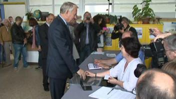 Ayrault vote au second tour des législatives dans son fief de Nantes, le 17 juin 2012.