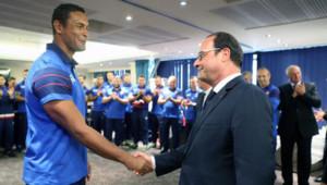 François Hollande avec le capitaine du XV de France Thierry Dusautoir lors de la visite du chef de l'Etat à Londres