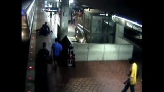 Face à la police, il saute sur les rails juste avant le passage du métro... Et s'en sort indemne
