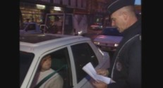 La police distribuait des tracts lors de la circulation alternée en 1997.