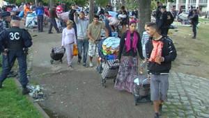 La centaine de Roms, parmi lesquels près d'une trentaine d'enfants, qui occupaient les pelouses de la porte d'Aix, à l'entrée de Marseille, ont été délogés jeudi matin par la police.
