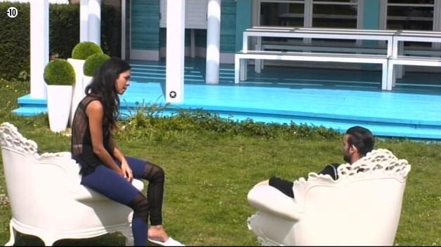 Leila et Aymeric se plaignent que Vivian passe son temps à écouter aux portes pour surprendre les conversations des autres. Ils trouvent que c'est un manque de respect