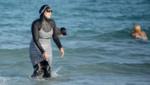 Une Tunisienne portant un burkini sur une plage de Bizerte, au nord-est de Tunis