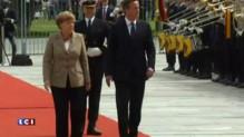 Royaume-Uni : l'arrivée de Cameron à Berlin, chaleureusement accueilli par Merkel