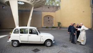 Un prêtre de Vérone, Renzo Zocca, a offert une 4L au pape François