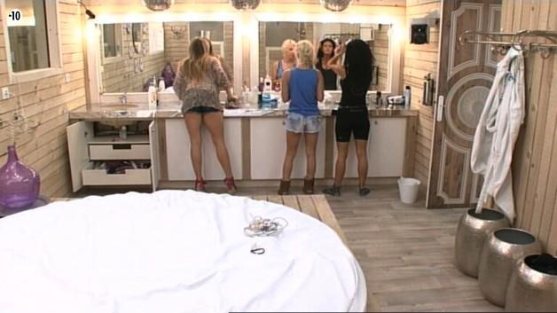Sara, Nathalie et Julie se refont une petite beauté.