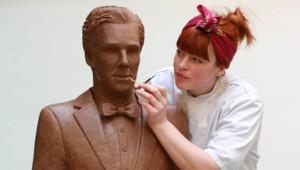 """Un Benedict Cumberbatch en chocolat grandeur nature, réalisé pour faire honneur à son récent titre honorifique d'""""acteur le plus appétissant de la télévision britannique"""". Avril 2015."""